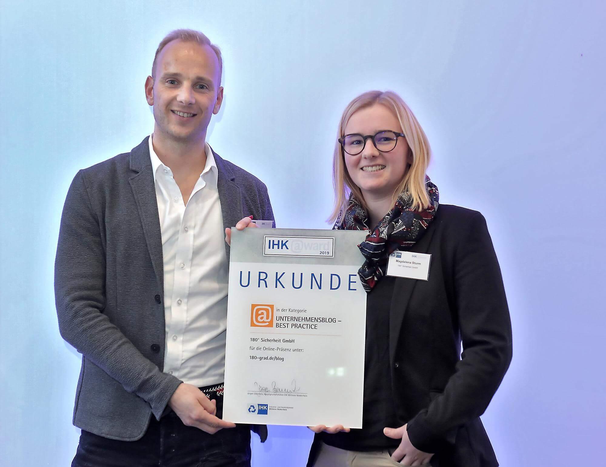 Gewinner mit Urkunde beim IHK-Award
